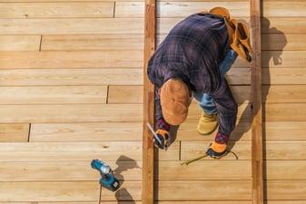men-building-wooden-deck-4N993YG (1)
